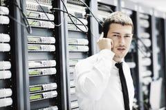 Den engineer samtal vid telefonen på nätverkslokal Royaltyfri Foto