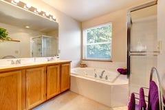 Den enkla badruminre med badet badar och den glass dörrduschen Royaltyfria Bilder