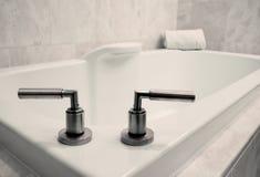 den enkla badrummen badar Arkivbild