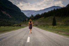 Den enkla barfota kvinnan promenerar bergvägen Lopp, turism och folkbegrepp Arkivfoton