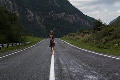 Den enkla barfota kvinnan promenerar bergvägen Lopp, turism och folkbegrepp Arkivfoto