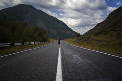 Den enkla barfota kvinnan promenerar bergvägen Lopp, turism och folkbegrepp Royaltyfri Fotografi