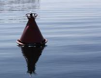 Den enkla fiskebojet grundar i Lake Baikal, Ryssland Arkivbild