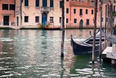 Den enkla gondolen förtöjde i Grand Canal, Venedig, Italien Arkivfoto