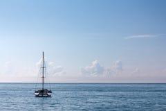 Den enkla hög-masten katamaran kryssar omkring i tropiskt vatten Arkivfoto