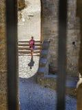 Den enkla kvinnan citerar in Carcassonne Arkivbild