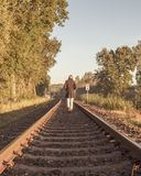 Den enkla kvinnan kör på järnvägsspår royaltyfri fotografi