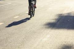 Den enkla kvinnaridningcykeln parkerar in Arkivbilder
