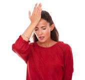 Den enkla latinska kvinnlign med huvudet smärtar royaltyfri foto