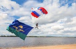 Den enkla militären hoppa fallskärm förklädet på en vinge hoppa fallskärm utför a Arkivfoto