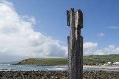 Den enkla pylonpelarstolpen, brygga fördärvar, den Myponga stranden, södra Aust Royaltyfria Bilder