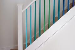 Den enkla trappuppgången med blått, turkos och gräsplanombre målade trappaspindlar Royaltyfria Bilder