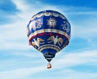Den enorma ballongen flyger i den blåa himlen Arkivbild