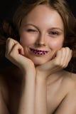 Den enorma barnmodellen ler och blinkar Royaltyfri Foto