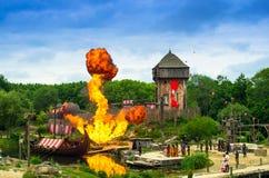 Den enorma brandexplosionen i vikingarna visar i nöjesfältet av Puy du fou, Frankrike Royaltyfri Bild