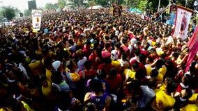 Den enorma folkmassan av katolska fantaster konvergerar för att sammanfoga i processionen av den svarta nazarenen arkivfilmer
