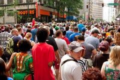 Den enorma folkmassan fyller gatan efter Atlanta Dragon Con Parade Arkivfoton