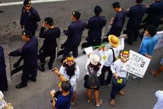Den enorma folkmassan lyssnar anförande för mot konstruktionen av en fördämning i Mae Wong National Park Royaltyfri Fotografi