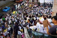 Den enorma folkmassan lyssnar anförande för mot konstruktionen av en fördämning i Mae Wong National Park Royaltyfri Bild