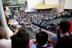 Den enorma folkmassan lyssnar anförande för mot konstruktionen av en fördämning i Mae Wong National Park Arkivbild