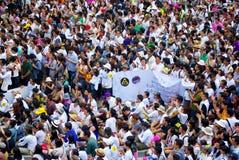 Den enorma folkmassan lyssnar anförande för mot konstruktionen av en fördämning i Mae Wong National Park Arkivfoton
