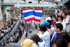 Den enorma folkmassan lyssnar anförande för mot konstruktionen av en fördämning i Mae Wong National Park Royaltyfria Bilder