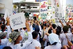 Den enorma folkmassan lyssnar anförande för mot konstruktionen av en fördämning i Mae Wong National Park Arkivfoto