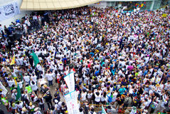 Den enorma folkmassan lyssnar anförande för mot konstruktionen av en fördämning i Mae Wong National Park Royaltyfri Foto