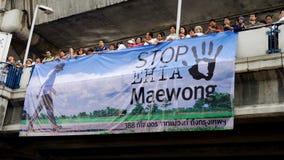 Den enorma folkmassan lyssnar anförande för mot konstruktionen av en fördämning i Mae Wong National Park Arkivbilder