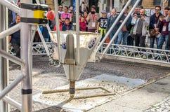 Den enorma industriella skrivaren 3D bygger en byggnad som automatiskt göras av cement utan hjälpen av folk som vägledas av datap Arkivbild