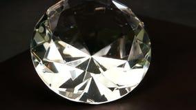 Den enorma konstgjorda crystal diamantnärbildsnurret, smycken, ädelsten, mousserar i ljuset, skenkristallfönster arkivfilmer
