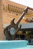 Den enorma strukturen för elektrisk gitarr för kopia i vattensärdraget på ingången till Hardet Rock Cafe i Playa Las Americas Royaltyfri Foto