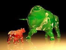 Den enorma tjuren för grönt exponeringsglas konfronterar den röda glass björnen arkivbild