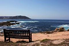 Den ensamma bänken i en Coruña Spanien royaltyfria bilder