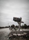 Den ensamma brevlådan bredvid vägen Arkivbilder