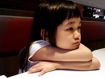 Den ensamma flickan i restaurangen royaltyfria bilder