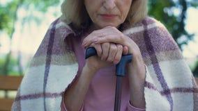 Den ensamma gamla damen som täckas med plädfilten, suckar SAD och att luta på att gå pinnen lager videofilmer