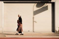 Den ensamma gamla kvinnan promenerar vägrenen av Tokyo, Japan royaltyfri fotografi