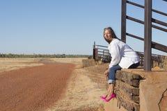 Den ensamma höga kvinnan i hög häl skor utomhus- Arkivbilder