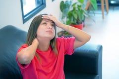 Den ensamma kvinnan är ledsen Stående av en härlig ledsen flickacloseup fotografering för bildbyråer