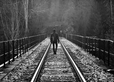 Den ensamma mannen går på järnväg Royaltyfri Fotografi