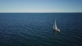 Den ensamma segelbåten plogar expancen av havet, flyg- fors Yacht från surret lager videofilmer