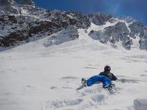 Den ensamma skidåkaren ligger i snön Royaltyfria Foton