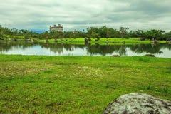 Den ensamma slotten med sjön Arkivfoton