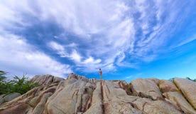 Den ensamma unga kvinnan som bara mediterar på den forntida stenen Arkivfoton