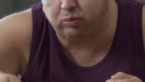 Den ensamma ungkarlen som ivrigt äter pizza, bantar fel, frånvaro av willstyrka stock video