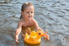 Den entusiastiska driftiga lilla ungen som simmar i vatten bara och att tycka om vilar i den rena floden som spenderar sommarferi arkivfoton