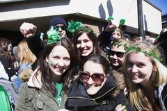 Den entusiastiska kvinnliga folkmassan, Sts Patrick dag ståtar, 2014, södra Boston, Massachusetts, USA Arkivfoton
