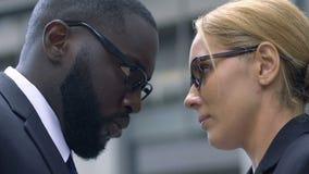 Den envisa mannen och kvinnan ser häftigt de, bevisar riktighet, konkurrens lager videofilmer