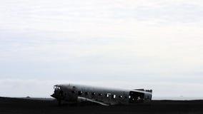 Den episka plana haveriet på den svarta stranden i södra Island Royaltyfri Fotografi